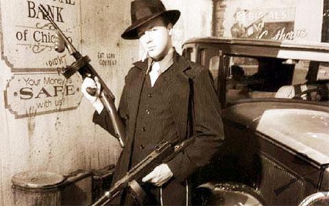 Пистолеты-пулеметы Томпсона в руках у гангстера фото