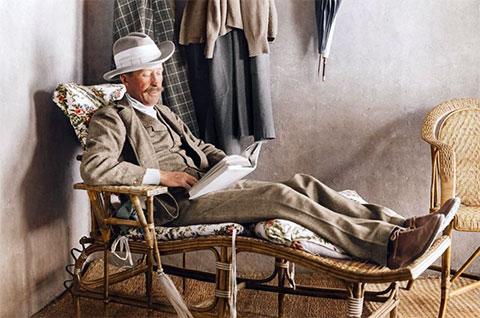 Лорд Карнарвон, финансист раскопок, читает на веранде дома Картера возле Долины Царей