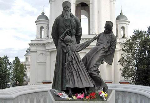 Памятник священникам и мирянам - жертвам советской власти в городе Шуя Ивановской области на том месте, где были расстреляны в 1922 году верующие