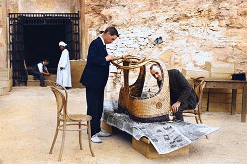 Артур Мейс и Альфред Лукас работают над золотой колесницей из гробницы Тутанхамона за пределами «лаборатории» в гробнице Сетоса II