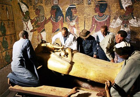 Вождь египетских древностей Захи Хавасс (3-й слева) контролирует снятие крышки саркофага царя Тутанхамона в его подземной гробнице в знаменитой Долине царей в Луксоре, 4 ноября 2007 года