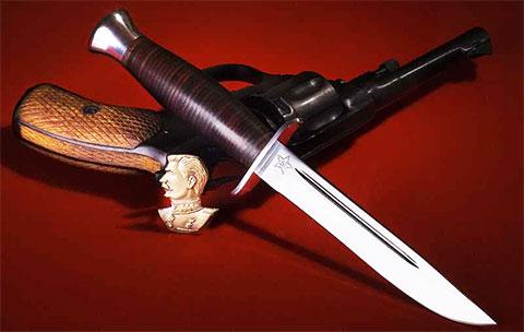 Финский нож (финка НКВД) и револьвер