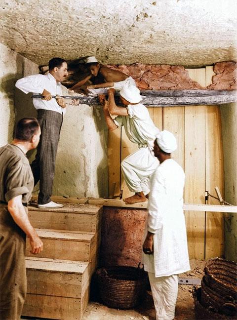 Картер, Калленде и двое рабочих снимают перегородку между прихожей и погребальной камерой