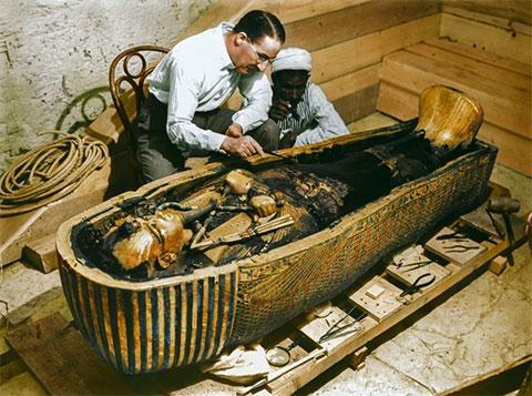 Говард Картер и рабочий осматривают саркофаг из чистого золота