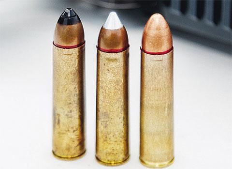 Боеприпасы ШАК-12. Слева направо: с термоупрочненным стальным сердечником (бронебойный); с легкой алюминиевой пулей с антирикошетным эффектом (экспансивный); с тяжелой свинцовой пулей с дозвуковой скоростью (бесшумный).
