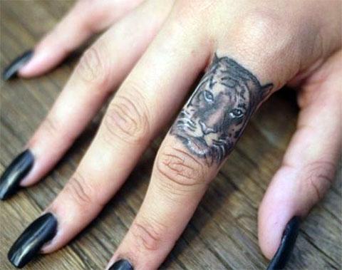 Татуировка с мордой тигра на пальце
