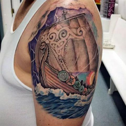 Цветная мужская татуировка с кораблем викингов (фото)