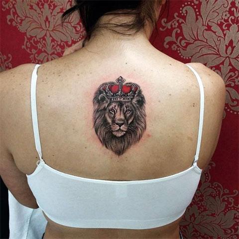 Тату лев с короной на спине у девушки(фото)
