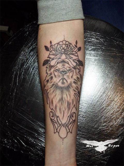 Фото татуировки льва на руке девушки