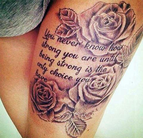Татуировка на бедре женская - цветы и надпись