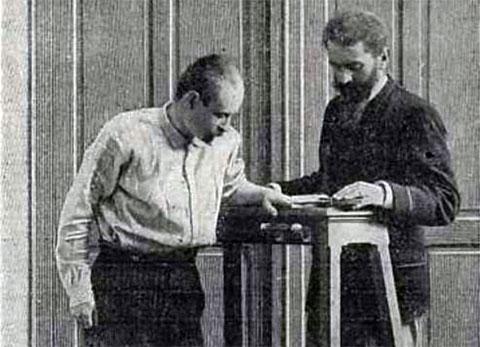 Альфонс Бертильон во время идентификации человека