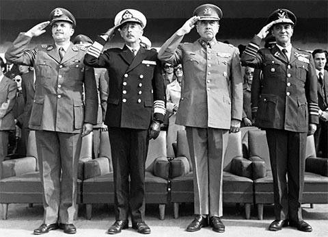 Слева: директор корпуса карабинеров генерал Сезар Мендоса, главком ВМФ адмирал Хосе Торибио Мерино, главнокомандующий сухопутных войск, он же - главарь мятежников Аугусто Пиночет Угарте и командующий ВВС генерал Густаво Ли Гузман