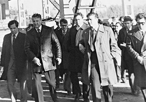 Ельцин как первый секретарь обкома инспектирует строй-площадку, около 1980. Третий слева — Юрий Петров, впоследствии возглавивший президентскую администрацию Ельцина. Второй справа — Олег Лобов, занимавший ряд высоких постов в 1990-х