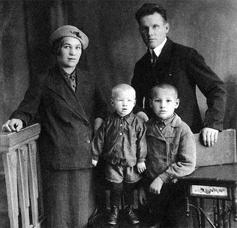 Борис с родителями Клавдией и Николаем и братом Михаилом
