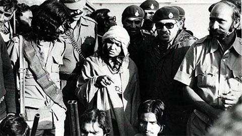 Пхулан Деви в окружении своей банды