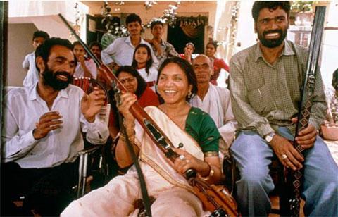 Пхулан Деви в окружении поклонников
