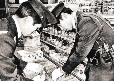 """Полицейские изымают конфеты """"Глико"""" в одном из магазинов"""