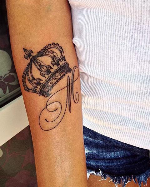 Тату буквы М с короной на руке