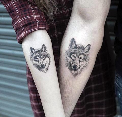 Тату волк на руке у девушки и парня