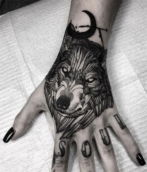 Тату волк на руке у девушки