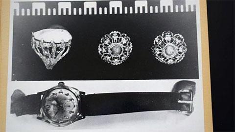 Ювелирные изделия и часы, найденные рядом с телом