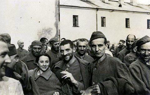 Освобожденные военнослужащими вермахта (6-я рота 76-го пехотного полка) заключенные Бригитской тюрьмы в Брестской крепости, 17 сентября 1939 год
