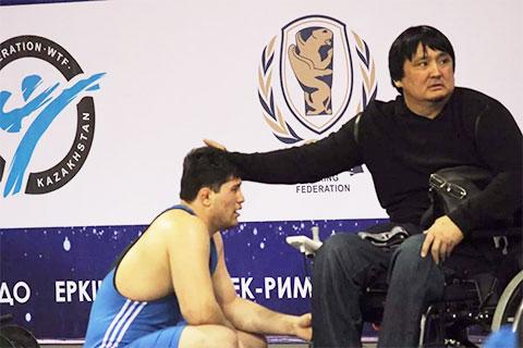 Справа: Еркин Избасаров