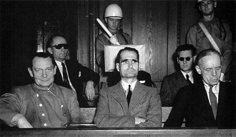 Рудольф Гесс (в центре) во время Нюрнбергского процесса в 1946 году