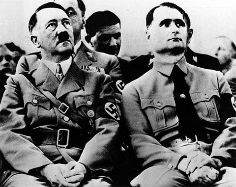 Адольф Гитлер и Рудольф Гесс во время партийного митинга в 1939 году