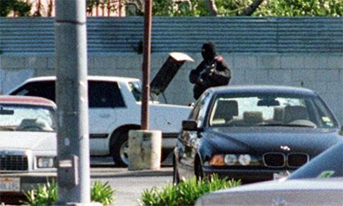Ларри Филипс во время перестрелки меняет оружие