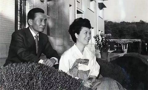 Пак Чон Хи с женой Юк Ён Су