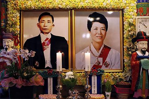 Портреты бывшего президента Пак Чон Хи и его жены Юк Ён Су, убитой в 1974 году во время покушения на Пак Чон Хи