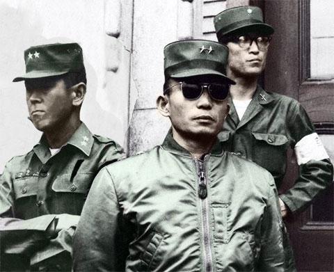 В центре: Пак Чон Хи
