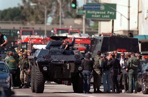 Прибытие бойцов спецподразделения SWAT на место перестрелки в Голливуде