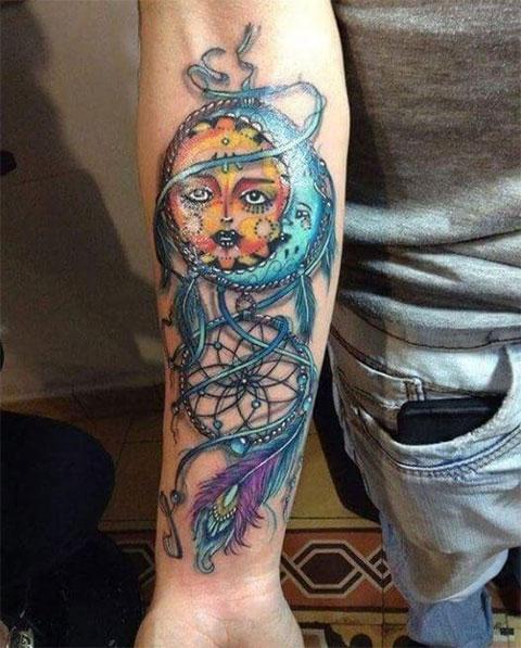 Тату солнце и луна в цвете на руке мужчины - фото
