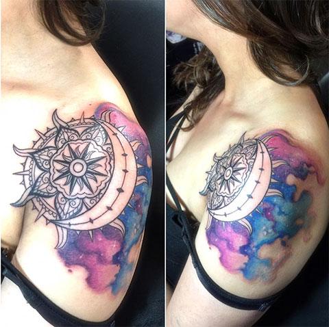 Цветная тату солнца и луны на плече у девушки
