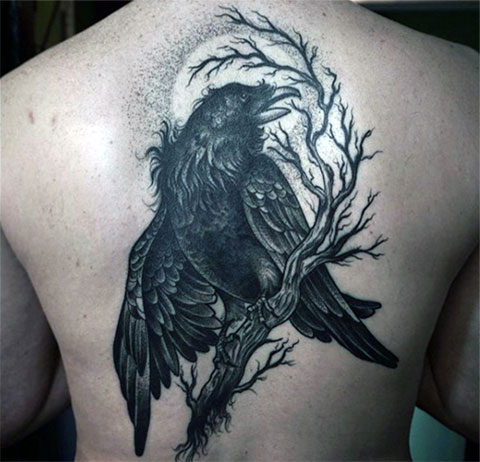 Большая татуировка ворона на спине у мужчины - фото