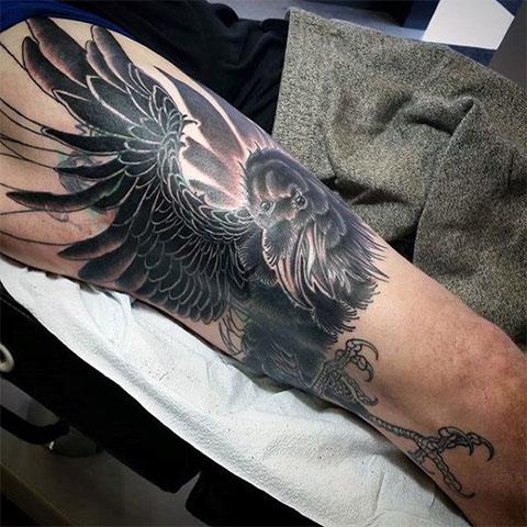 Татуировка ворон на ноге