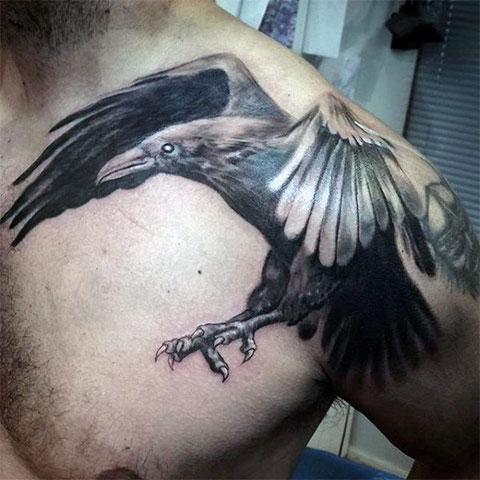 Тату ворона на плече