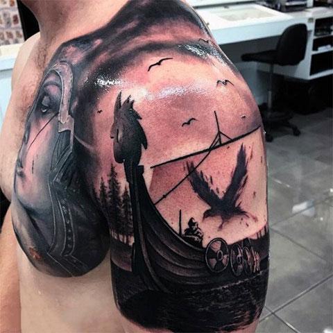 Татуировка в стиле викингов с вороном