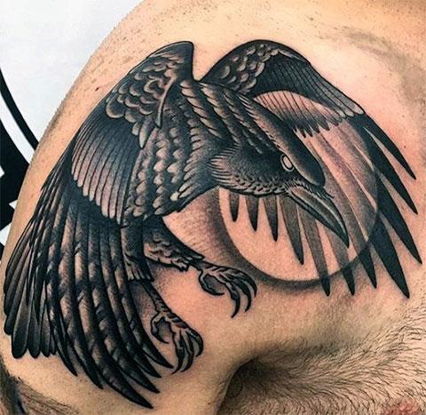 Ворон на плече - мужская тату