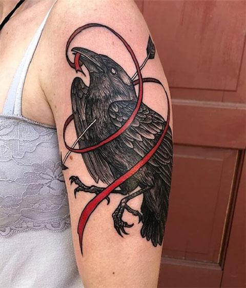 Ворон на руке - женская татуировка