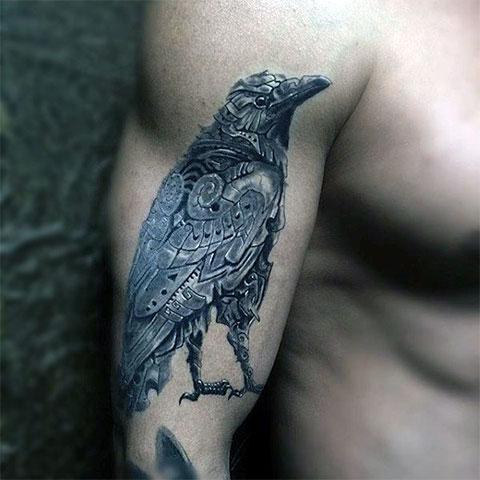 Тату ворон на руке у мужчины - фото