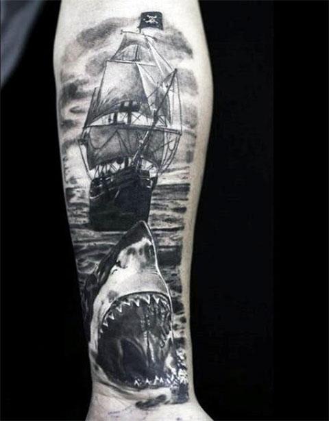 Акула и корабль - мужская татуировка на руке