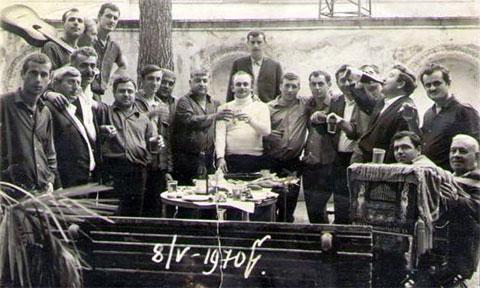 В центре в белой кофте: Азо Гоготишвили