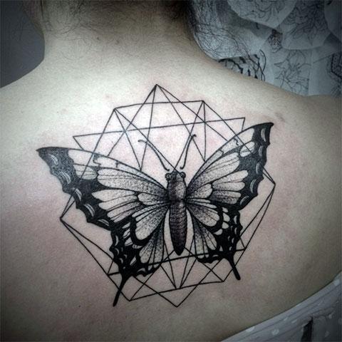 Татуировка с бабочкой на спине девушки