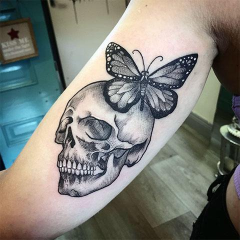 Тату бабочка и череп на руке