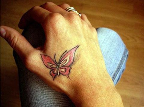 Небольшая татуировка с бабочкой на руке