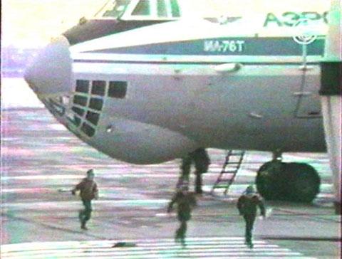 Первые дети из числа заложников бегут от «Ил-76» в аэропорту Минеральных Вод