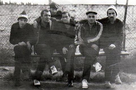 Впереди слева воры в законе: 1) Гела Кипиани, 2) Тариел Ониани (Таро), 3) Темури Немсицверидзе (Црипа), 4) Автандил Чихладзе (Квежо), 5) Вахтанг Чочия (Вато); сзади: Николай Сохадзе (Коки)